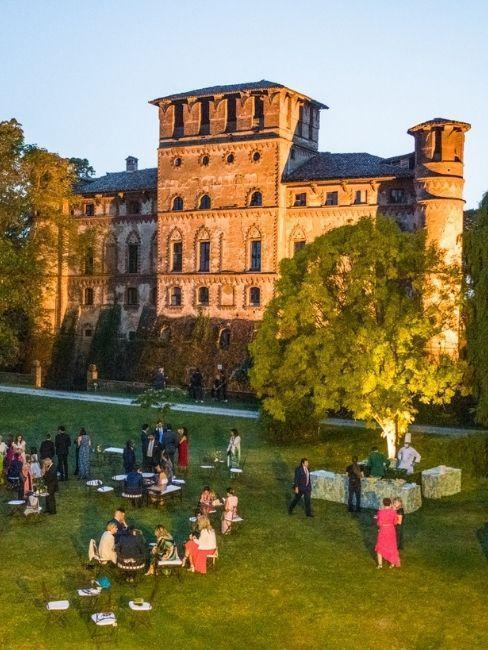 mariage dans un château avec des invités à table dans le jardin