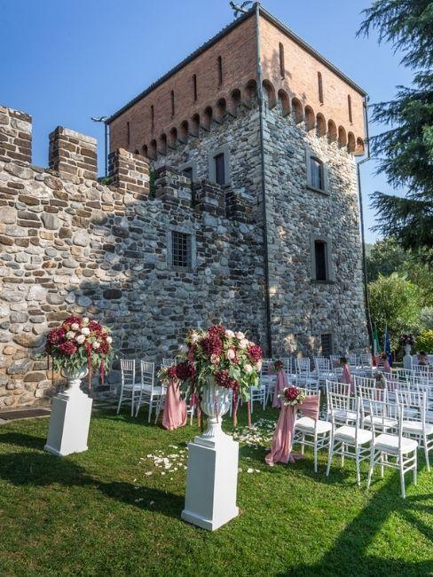 mariage dans un château avec chaises préparés pour la cérémonie à l'extérieur