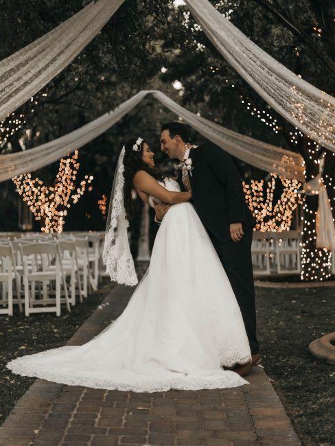 Mariage en extérieur avec couple de mariés au milieu de l'allée