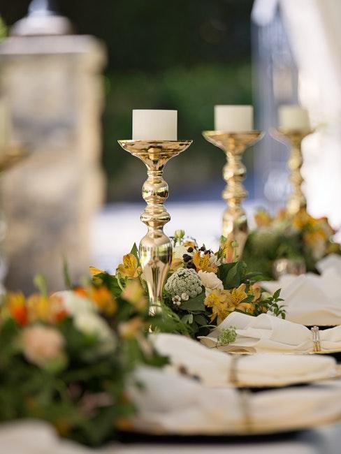 décoration de table de mariage avec chandeliers dorés