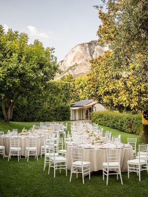 mariage dans un jardin avec tables blanches