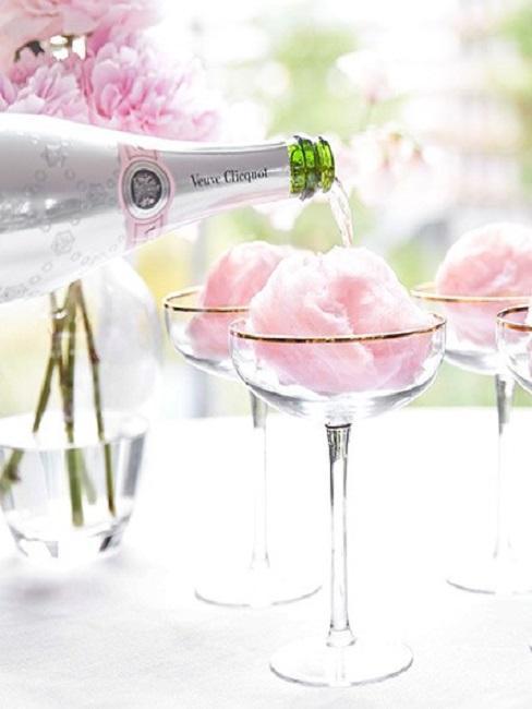 coupe de champagne remplie avec de la barbapapa