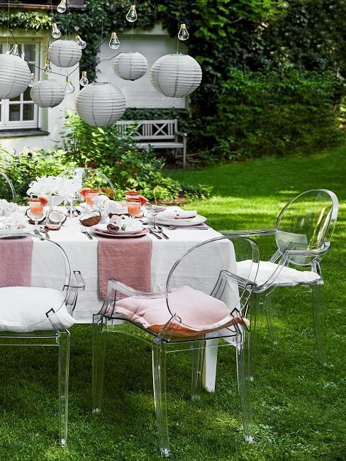 décoration de table de mariage dans un le jardin avec chaises transparentes