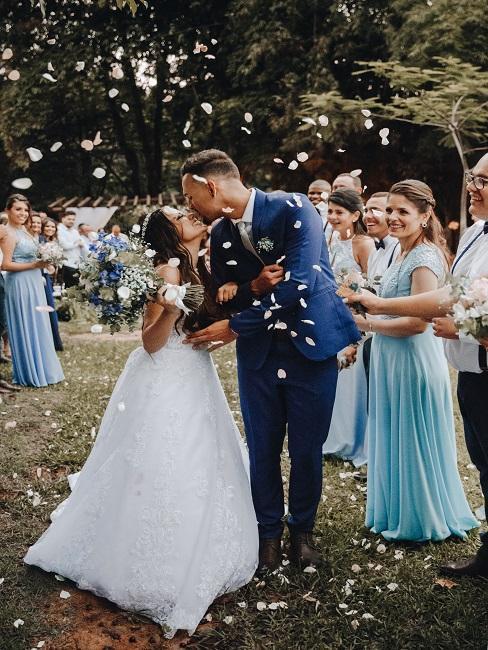 couple de mariés entrain de s'embrasser dans un jardin