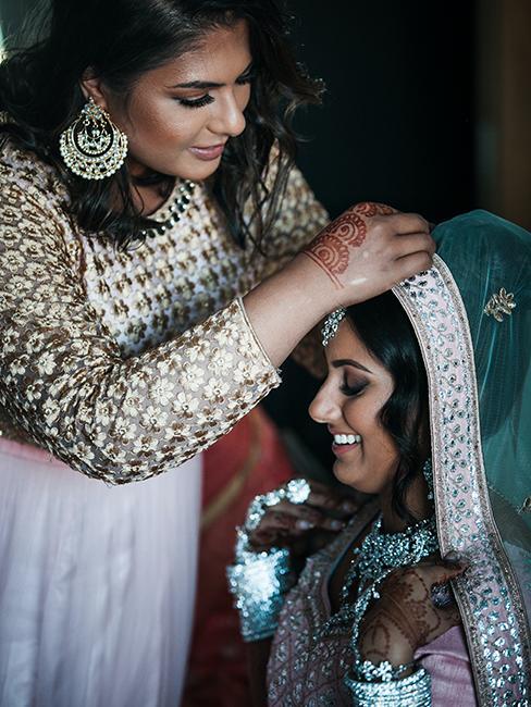 mariage oriental avec une mariée entrain de se faire coiffer