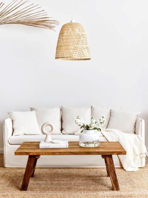 canapé beige avec table en bois dans un style boho