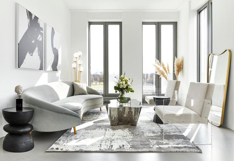 salon moderne avec canapé courbé et fauteuil en plexiglas
