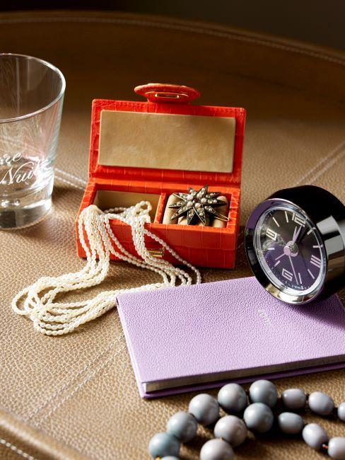 perles dans une boite a bijoux rouge et reveil matin noir