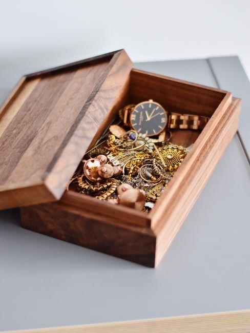 boite a bijoux en bois plaque avec bijou et montre dores