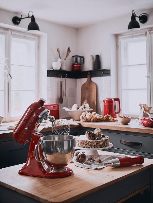 cuisine noire avec appareils rouges kitchenaid