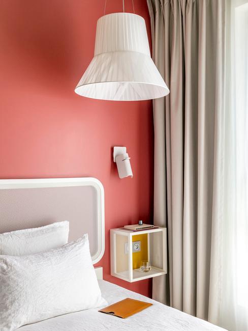 CHambre d'hôtel OKKO design, lit et lampe