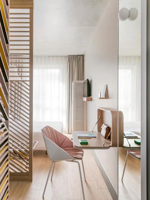 Chambre d'hôtel OKKO design bureau et chaise design