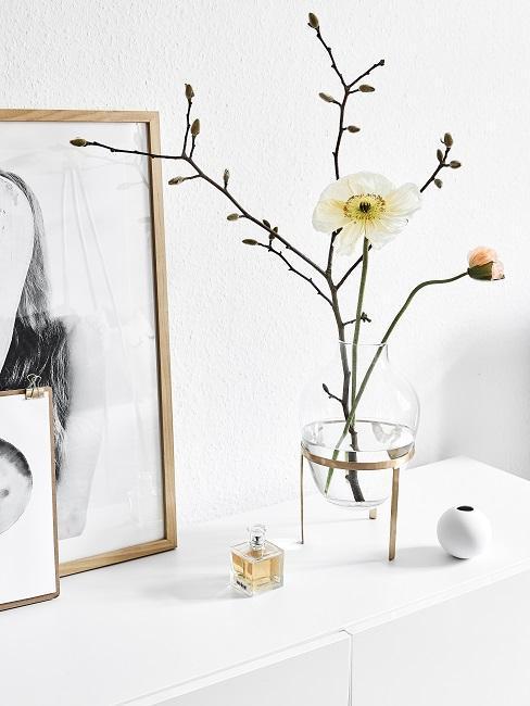 vase en verre avec une branche de fleur, cadres dores