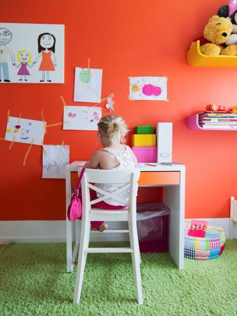 chambre d'enfant, murs de couleur orange, meubles blancs