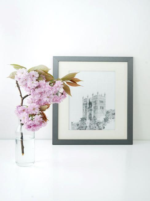 déco zen avec fleurs rose dans vase transparent et cadres