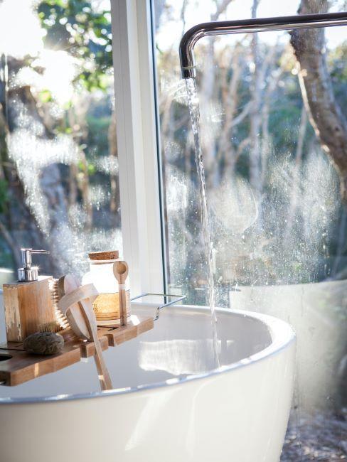 baignoire blanche avec vue donnant sur l'exterieur et accessoires de spa