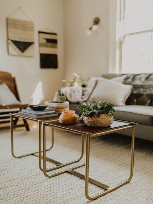 salon avec tables basses en métal et verre, canapé gris