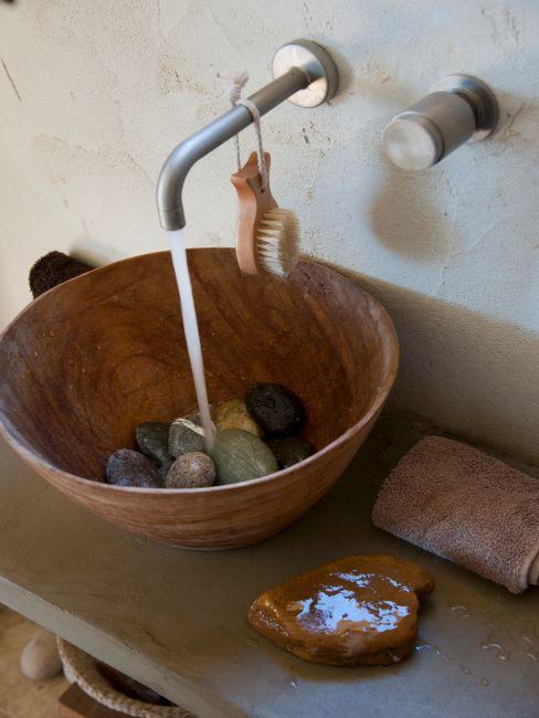 coin d'eau de salle de bains avec robinet