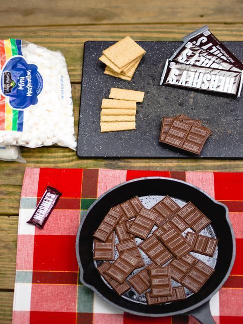 Set de table en tartan avec poele avec chocolat en morceaux