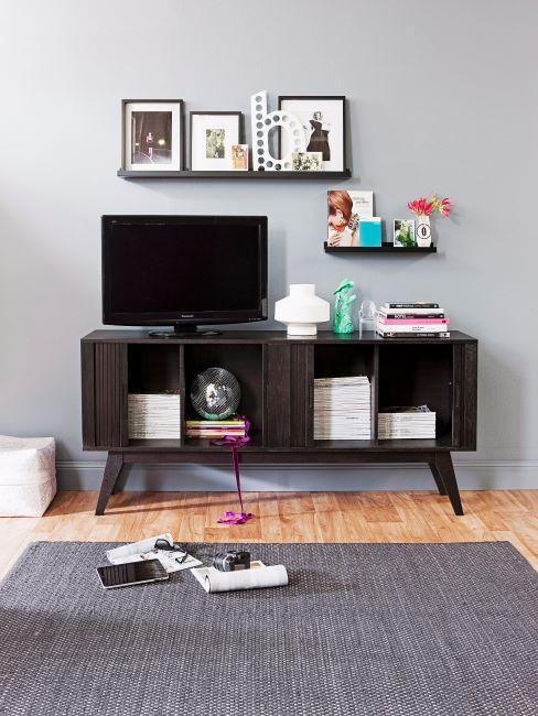 Meuble tv bois sombre, etageres decorees de cadres et fleurs, tapis gris