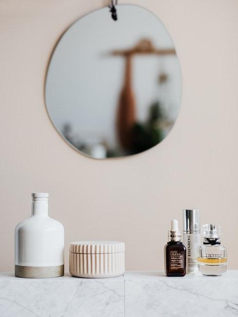 miroir mural de salle de bains, boites de rangements en ceramiques et cosmetiques