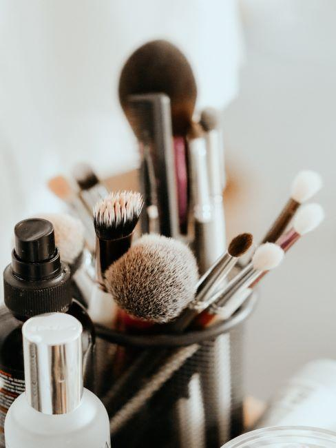 pinceaux de maquillage ranges dans des pots