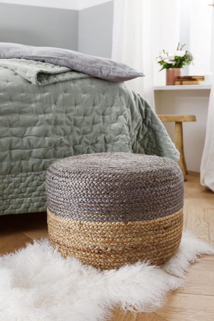 pouf en jute bicolore, couvre-lit gris, tapis en fourrure