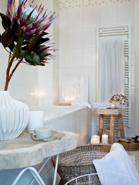 salle de bains blanche, bougies, ambiance, vase blanc, fleur, tabouret en bois, panier