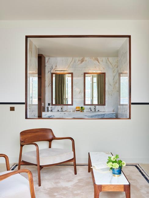 salon avec fauteuils en bois et blanc, miroir et pierre au sol