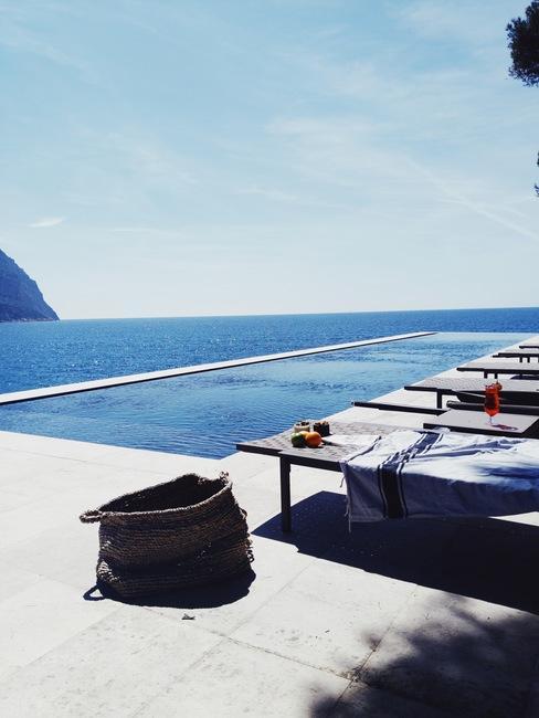 piscine avec transats au bord de mer