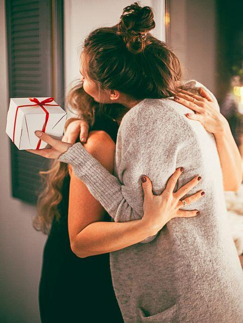 deux femmes en train de s enlacer, vœux de noel, cadeau de noel, ruban rouge
