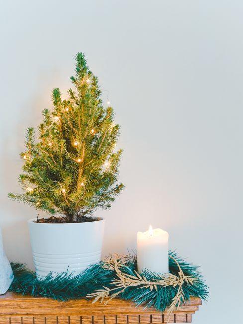 decoration noel, bougie blanche, pilier, petite arbre de noel dans un pot a fleurs,