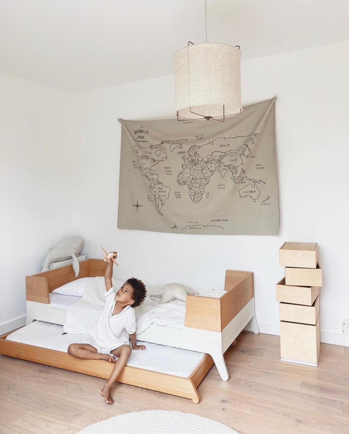 Le lit de la chambre d'enfant de babyatoutprix en bois brut et épuré