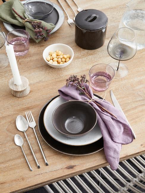 vaisselle rustique en grès, serviettes en lin couleur lilas