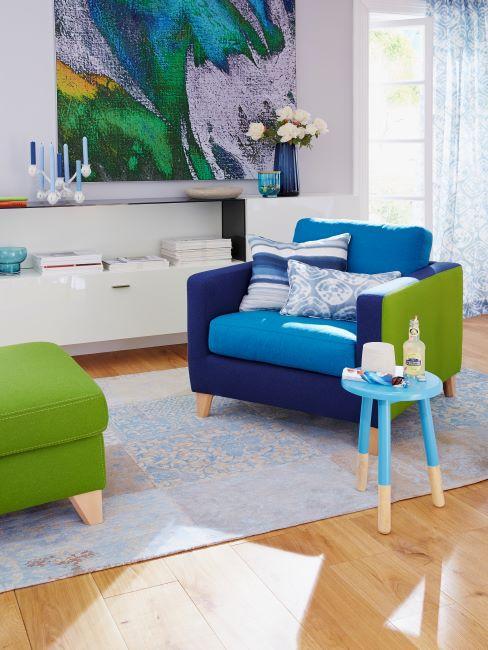 intérieur coloré avec fauteuil bleu