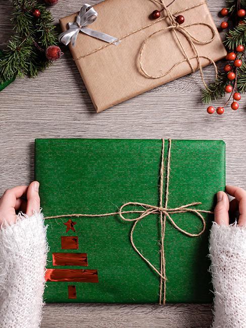 emballage cadeau vert avec ficelle