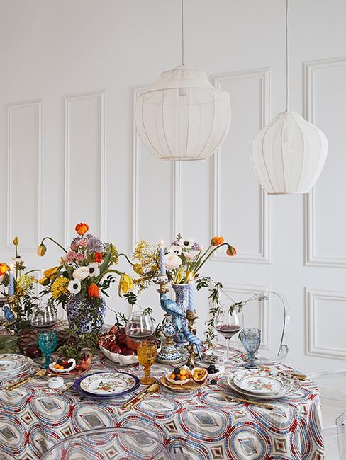 salle à manger avec mur blanc et moulure, table dressée avec vaisselle vintage et fleurs