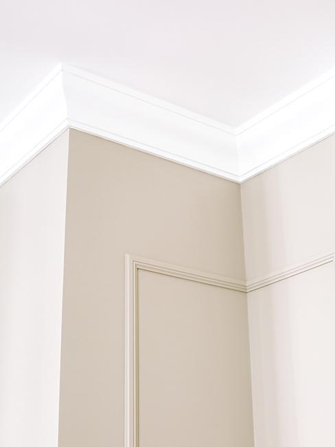 mur beige avec moulures