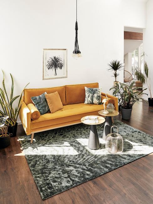 salon tropical avec canapé jaune et tapis gris