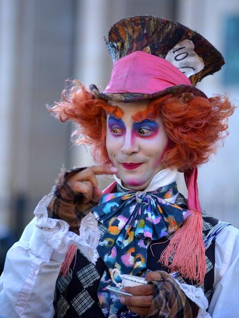 homme deguise en Chapelier pour Halloween