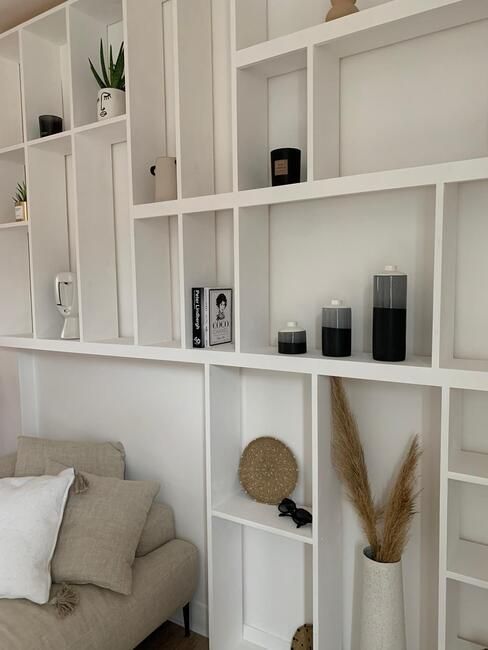 Hometour @coralineball décoration sur une grande étagère dans le salon