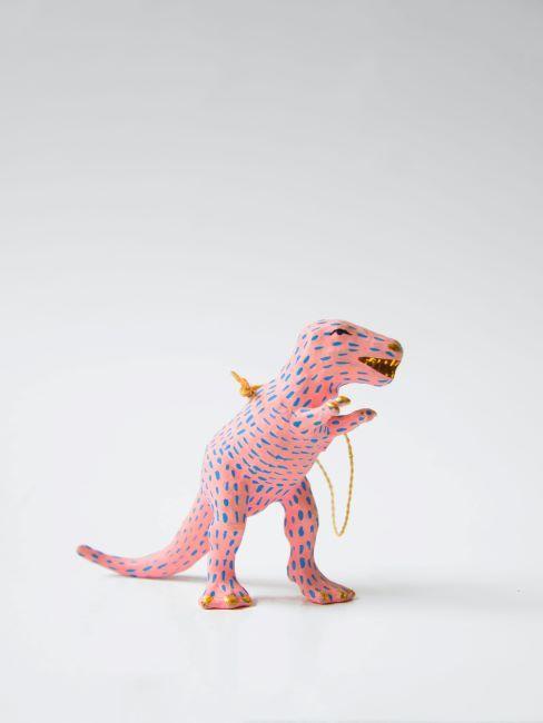 pinata en forme de dinosaure rose a pois bleus