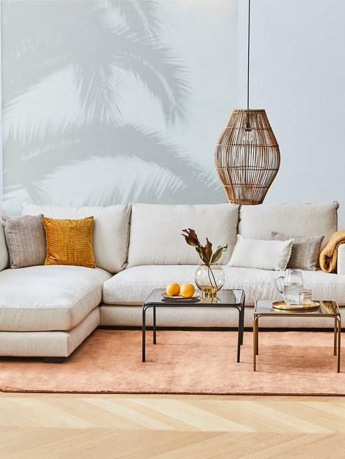canapé beige, avec coussins jaunes et suspension en bambou