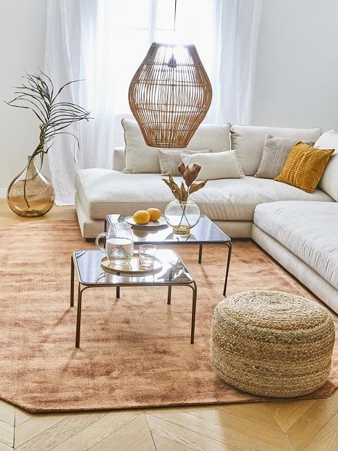Salon naturel avec canapé beige, suspension en bambou et pouf