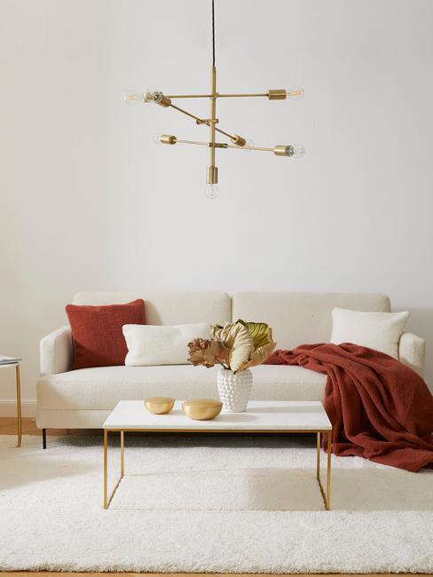 Salon moderne et chic, canapé blanc en peluche