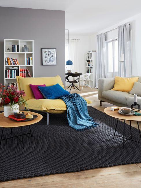 salon moderne avec tapis noir et fauteuil jaune