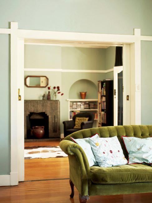 salon aux murs vert, canape vert olive, coussin decoratifs