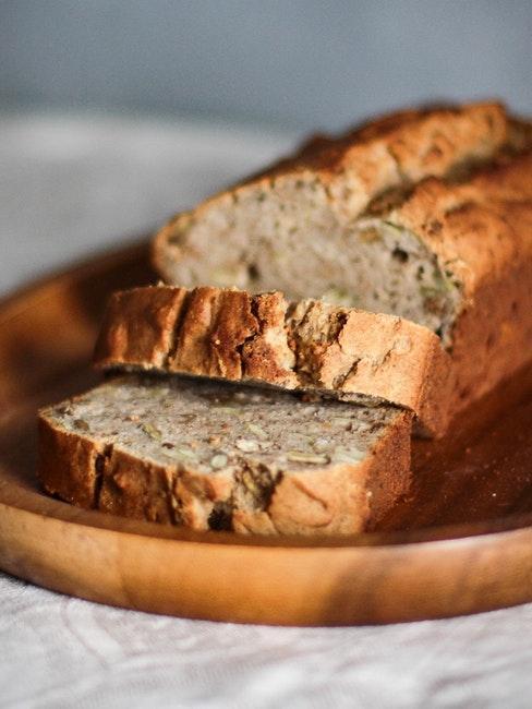 pain aux graines decoupe et pose sur une planche en bois