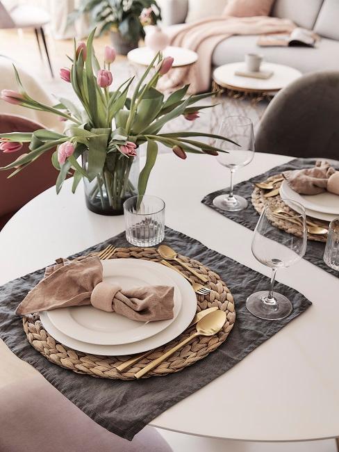 décoration de table avec vaisselle blanche et couverts dorés