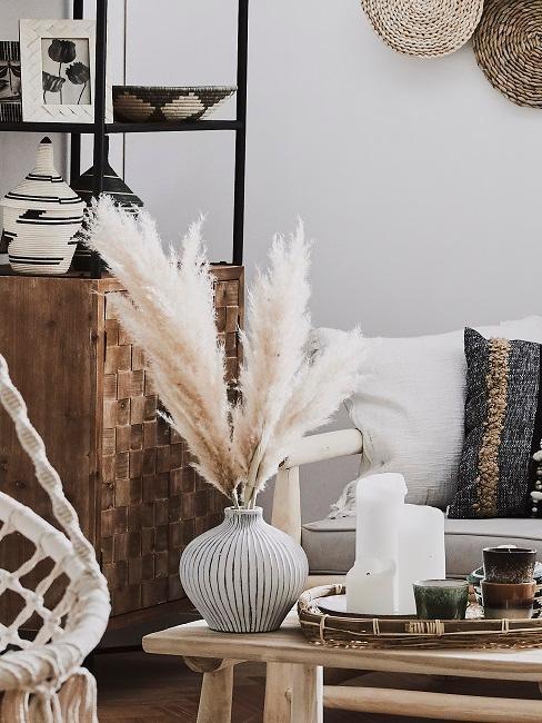 salon decore avec de l'herbe de la pampa dans un vase sur la table basse